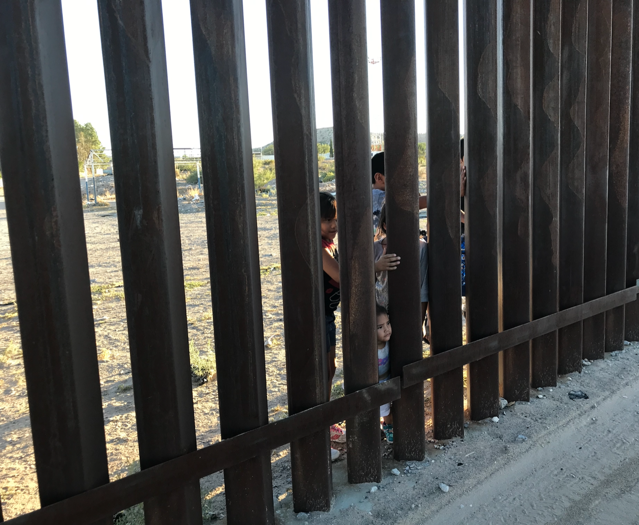 Kids at the border wall, Anapra, New Mexico / Puerto de Anapra, Chihuahua